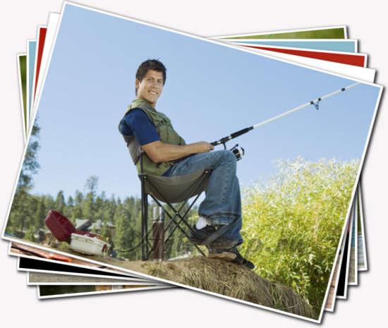 Парень ловит рыбу сидя на стуле у берега реки. рыбак удочка стул сидит небо.